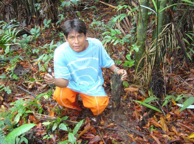 Jose Gregorio Vasquez met een overblijfsel van een maloka